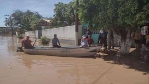 Pobladores de Nayarit viven en techos de sus casas por desbordamiento de río