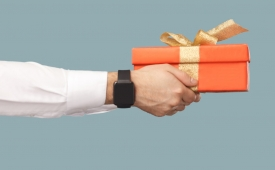 Lo que nunca debes hacer al dar o recibir regalos, según un experto en etiqueta