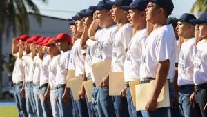 Reciben jóvenes cartilla militar tras concluir su preparación