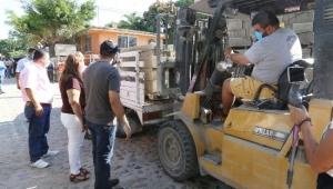 Sigue regalo de materiales de construcción en colonias desatendidas