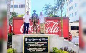 Revientan en Acapulco contra estatua de Derbez